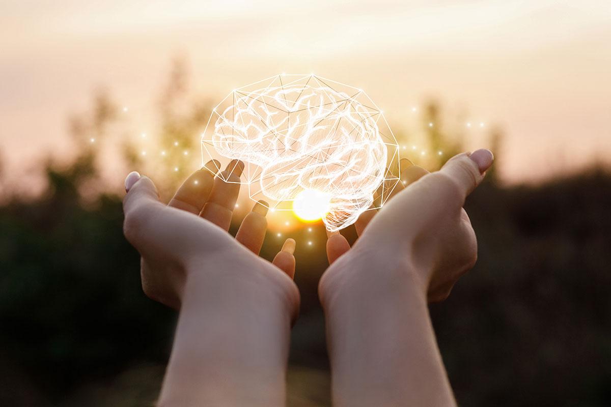 Digitales Gehirn in liebevollen Händen